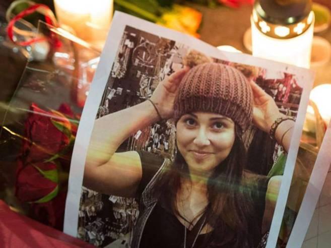 Una foto de la joven, junto a flores y velas dejadas en su honor por...