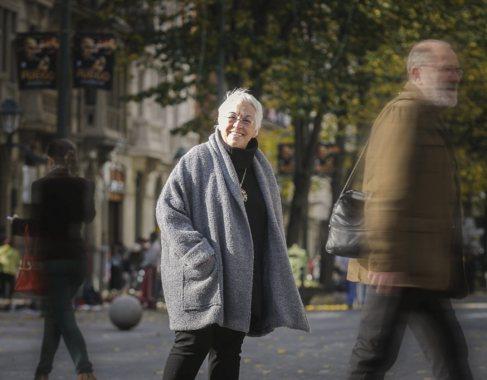 La escritora Toti Martínez de Lezea pasea por la Gran Vía de Bilbao.