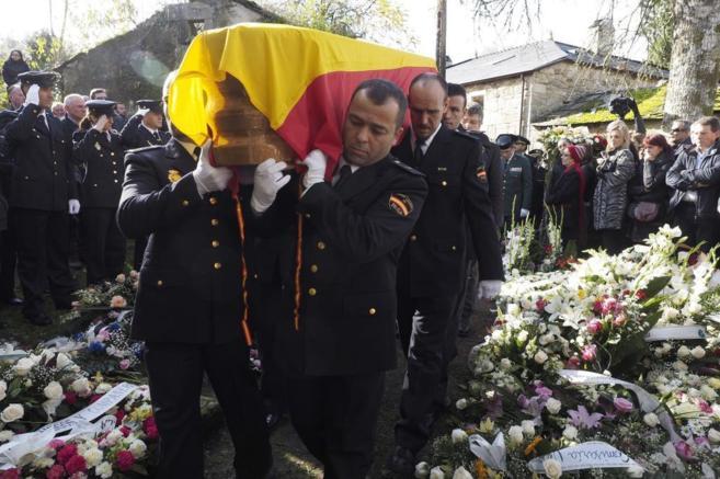 Compañeros de Vanessa Lage portan el féretro en el funeral celebrado...