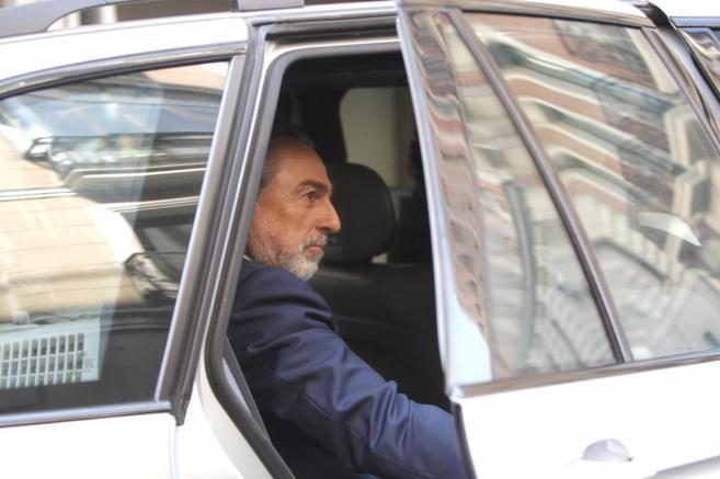 El cerebro de 'Gürtel', Francisco Correa, sube a su vehículo tras...