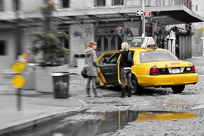 Una mujer se dispone a subir a un taxi sólo para mujeres en...