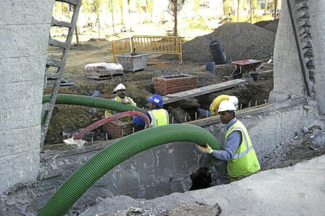 Trabajadores extranjeros de la construcción, en una obra de...