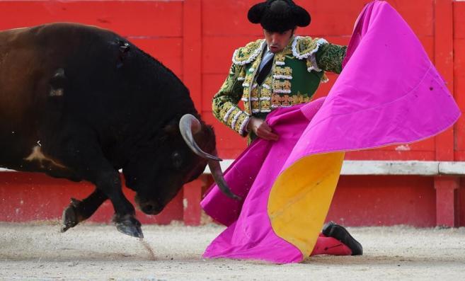 Perera lancea de rodillas en su corrida en solitario en Nimes