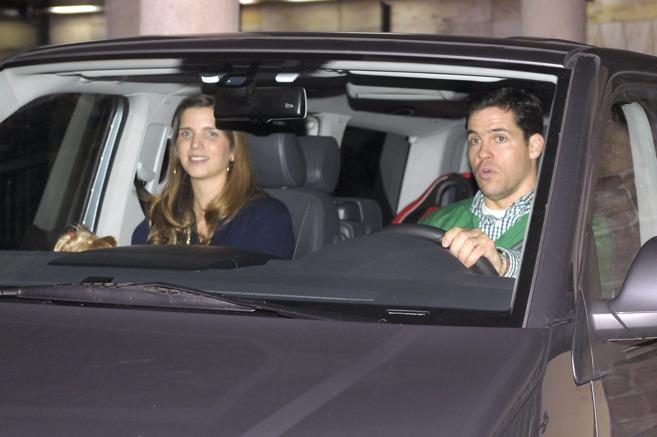 Vargas, de copiloto mientras su marido conduce.