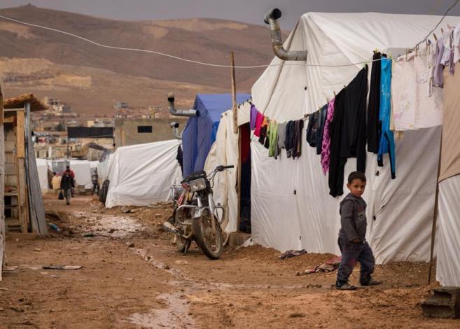 Un niño, entre las tiendas de campaña de un campo de refugiados...