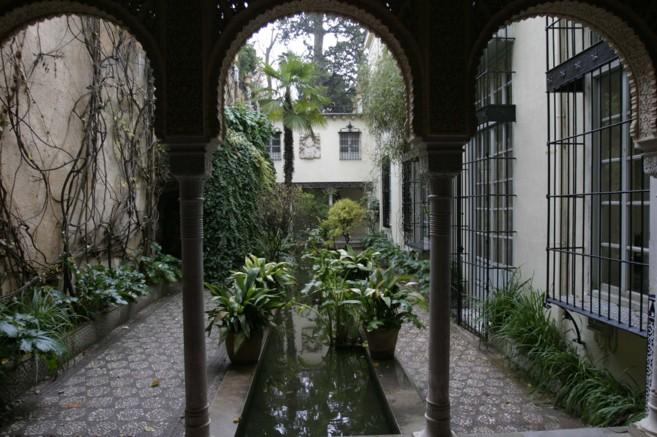 Imagen de un patio en el Carmen de los Mártires, en Granada.