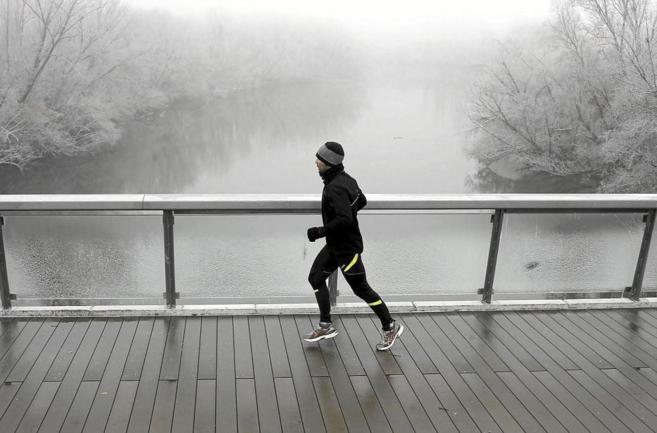 Un hombre hace footing en una mañana de invierno.