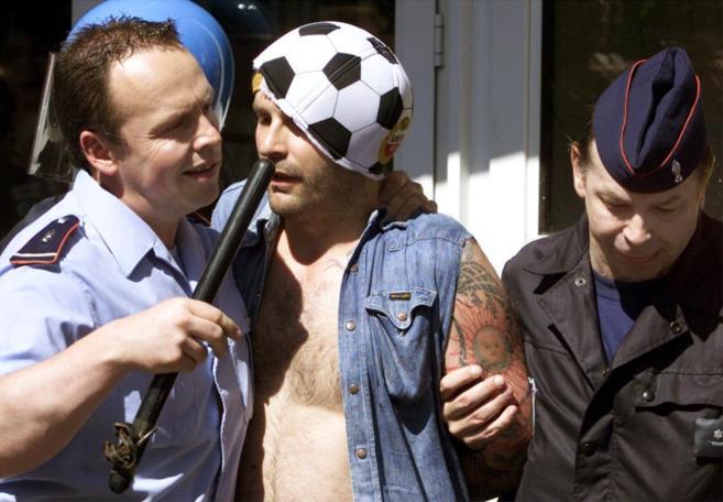 Un seguidor alemán es arrestado en una foto de archivo.
