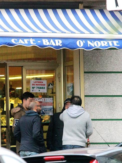 Unos clientes charlan el lunes en la puerta del bar O'Norte de La...