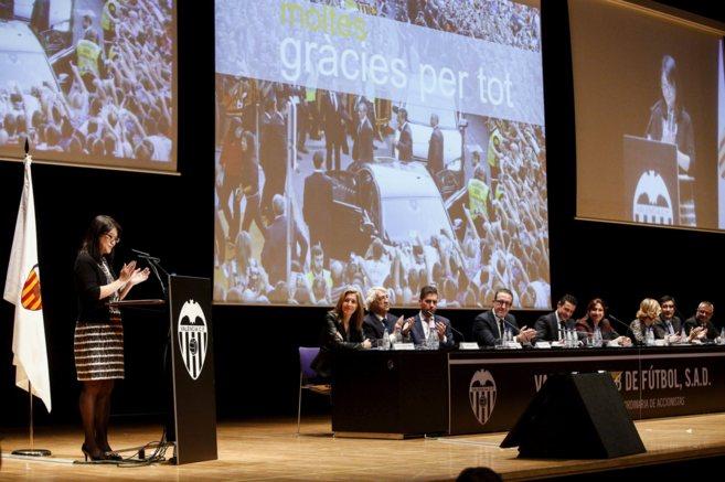 Lay Hoon se dirige a los accionistas del Valencia en la junta...