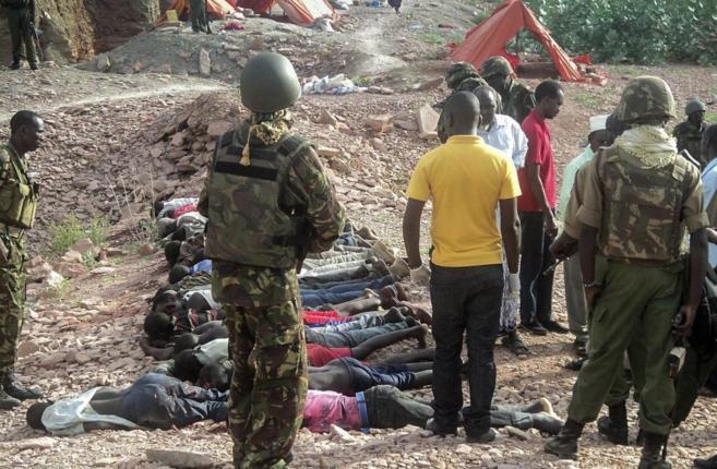 Varios soldados kenianos, junto a los cadáveres de las víctimas en...
