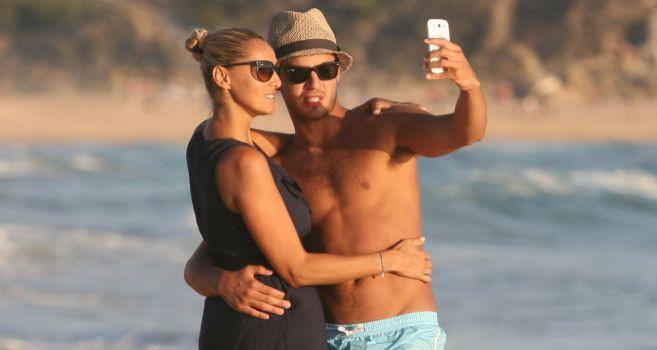 Maxi Iglesias con su novia, Saray Muñoz.