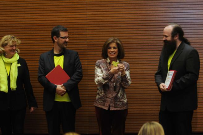 Ana Botella presentando la nueva tarjeta amarilla; a la derecha, el...
