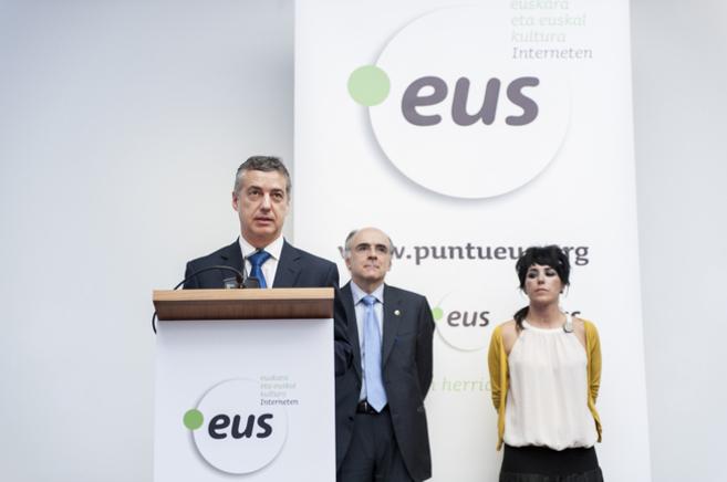 El lehendakari Iñigo Urkullu junto al nuevo dominio .eus.