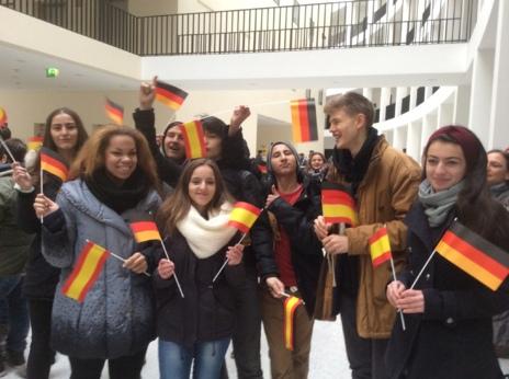 Alumnos del Instituto Robert Blum esperan a los Reyes en el Palacio de Bellevue, residencia oficial del presidente de Alemania.