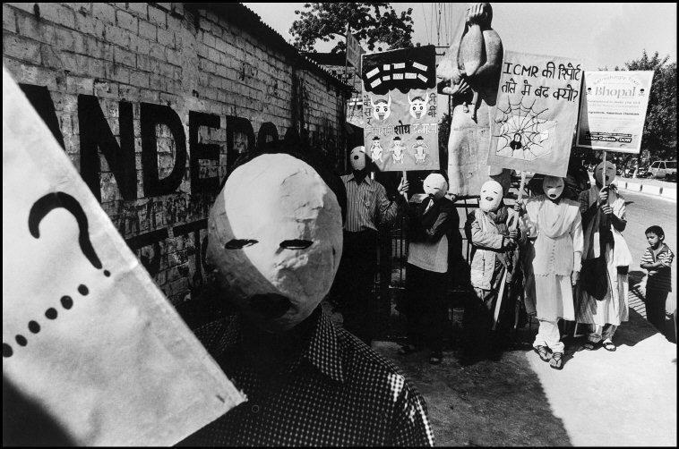 Manifestantes enmascarados ante la fábrica de Union Carbide exigiendo...