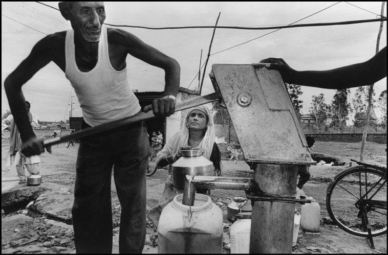 Los residentes de la colonia Ayub Nagar todavía beben y se lavan con...
