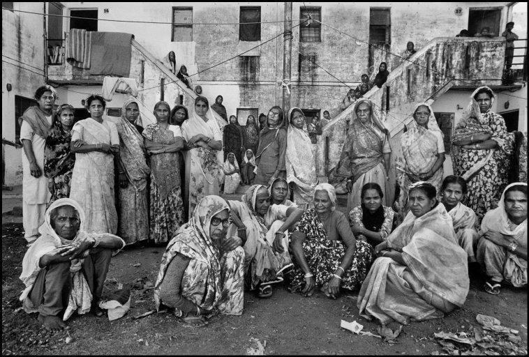 Toda estas mujeres perdieron a sus maridos en la tragedia. Viven en...