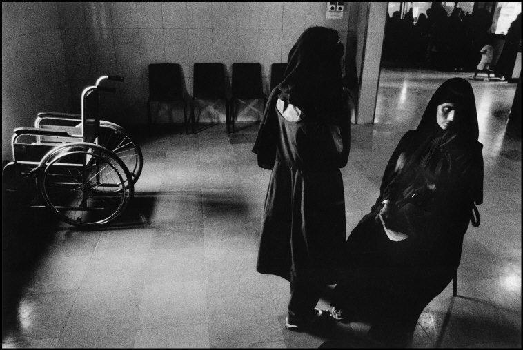 Nadira, de 42 años, y su hija Naseem, esperan su turno en el...