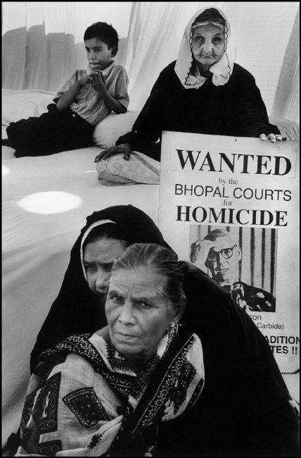 Supervivientes de la tragedia protestan en 2001 en Nueva Delhi,...