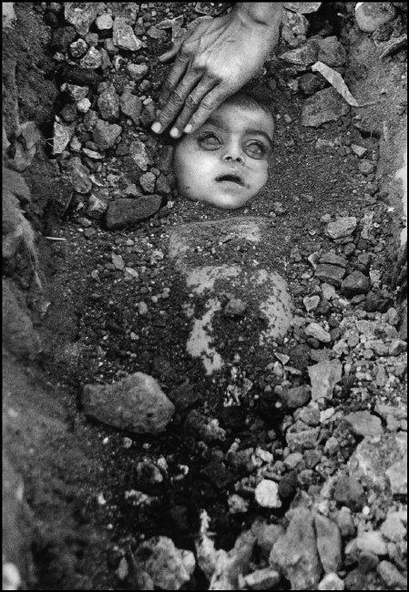 Entierro de un niño sin identificar, en 1984.