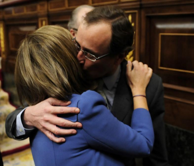 Alfonso Alonso besa a Ana Mato en el Congreso.