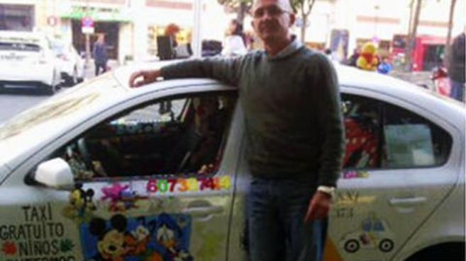 Rafael Segura, junto a su taxi, antes de retirar la decoración del...