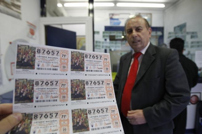 Javier Felip con una serie del número 87.657, al que está abonado...