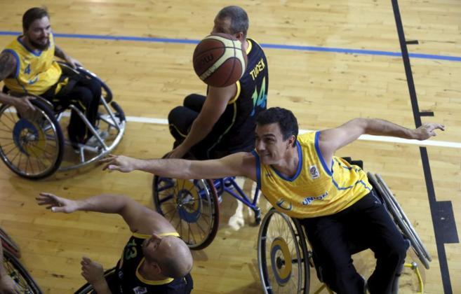 Pedro Sánchez juega un partido de baloncesto organizado por el CERMI.