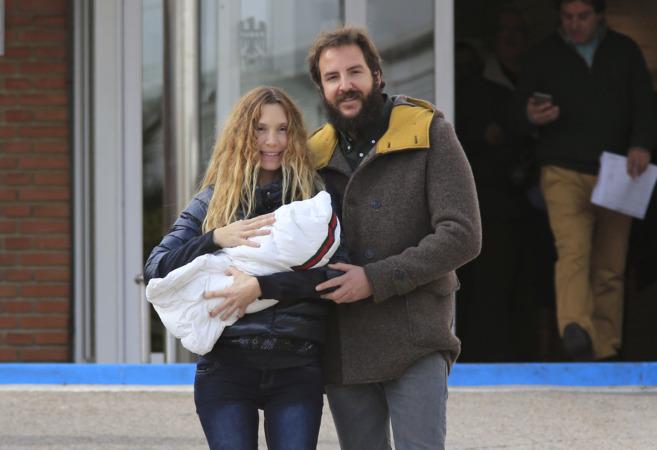 Borja y Blanca han presentado esta mañana a su niña Kala.