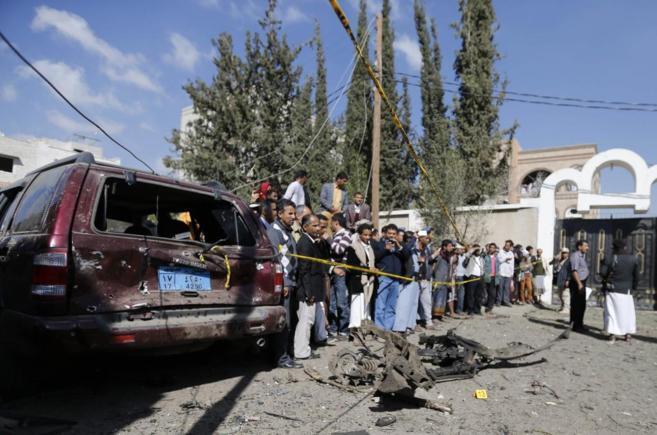 Ciudadanos se congregan frente a la residencia del embajador de irán...