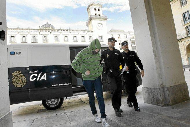La mujer, a su llegada a la Audiencia Provincial durante el juicio.