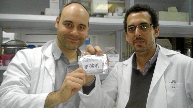 Dos de los investigadores de la Universidad de Córdoba, con las...