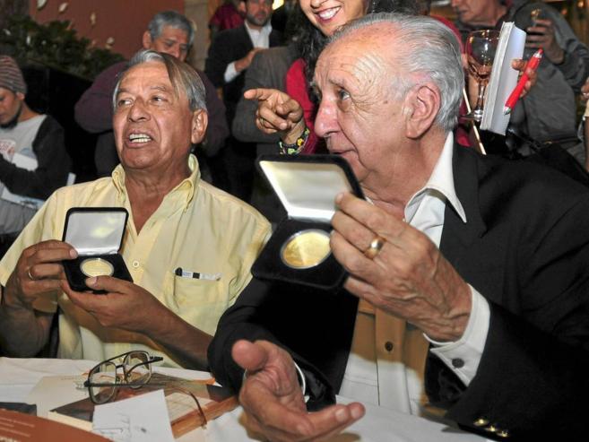 Vicente Leñero (d) y José Agustín recibenen Ciudad de México la...