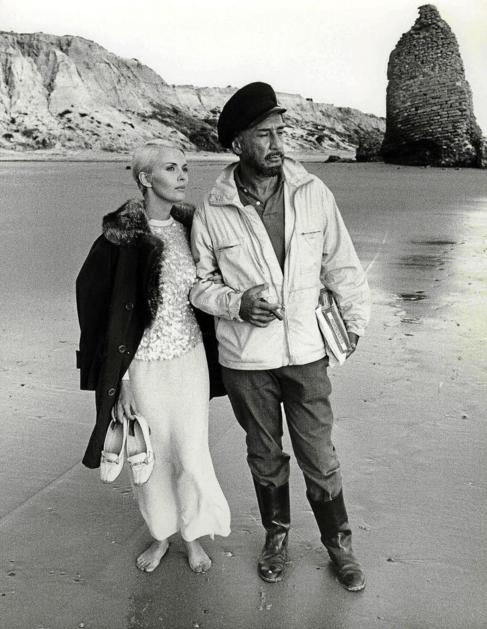 La actriz junto a su marido, el escritor en una playa.