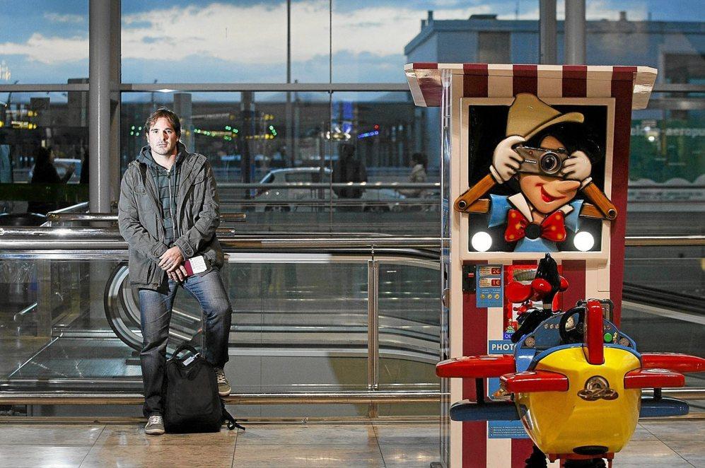 Ignacio García Vidal, pasaporte en mano, en el aeropuerto...