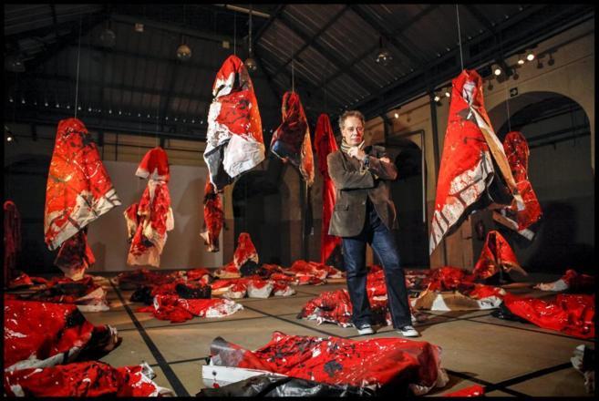 El artista José Manuel Ciria en uno de los espacios de su exposición...