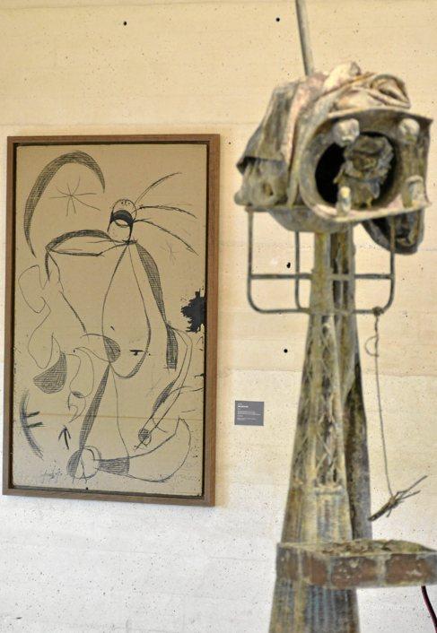 Escultura de Miró en primer término y la obra inédita 'Femme...