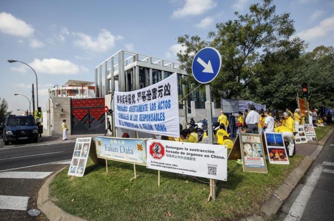 Protesta de la organización Falun Dafa ante la embajada china en...