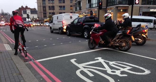 Un ciclista en una calle de Londres.