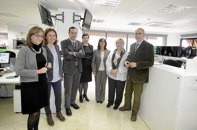 Los participantes en el observatorio sobre el cáncer de mama, junto...