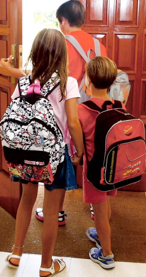 Un grupo de niños de camino al colegio.