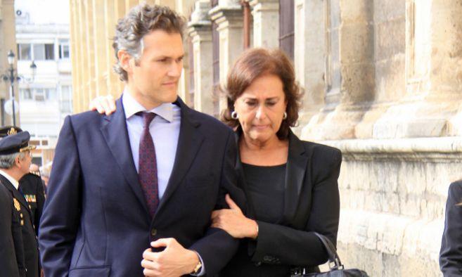 Carmen Tello y su hijo Fernando Solis durante el funeral de la duquesa...