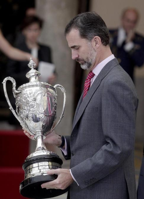 El Rey entrega un trofeo en la ceremonia de los Premios Nacionales del...