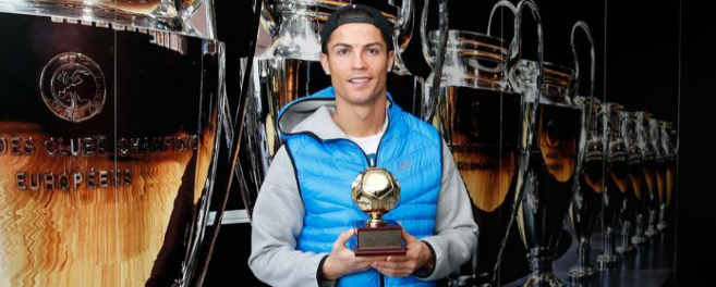 Cristiano posa con el Premio.