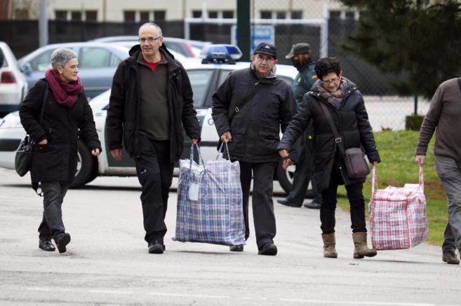 El etarra Alberto Plazaola Anduaga (segundo por la izquierda) sale de...