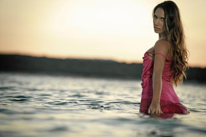 La cantante India Martínez durante una sesión fotográfica...