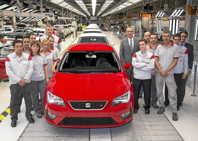 Trabajadores de Seat junto al nuevo modelo que se fabrica en...