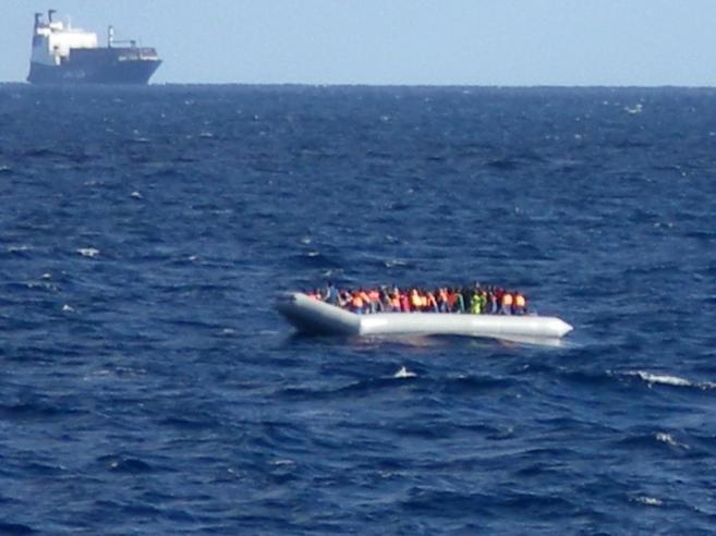 Inmigrantes en una barcaza esperan a ser rescatados.
