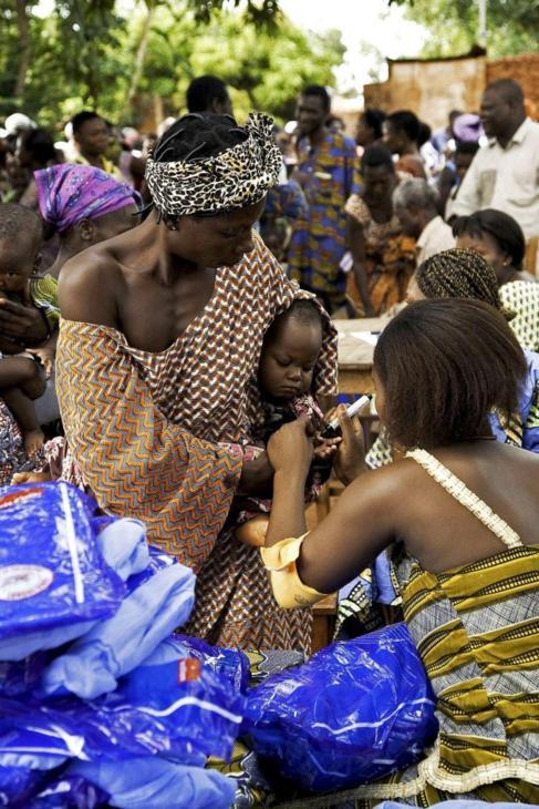 Distribución de insecticidas a niños  Bohicon (Benín).